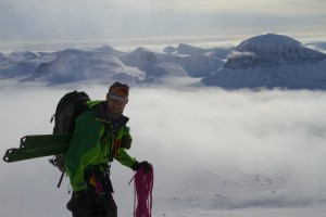 Fredric Ankarcrona in the col under Akka with the Sarek mountains behind. Photo Magnus Strand